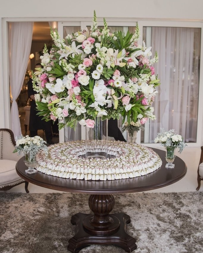 Mesa de bem casados com arranjo de flores